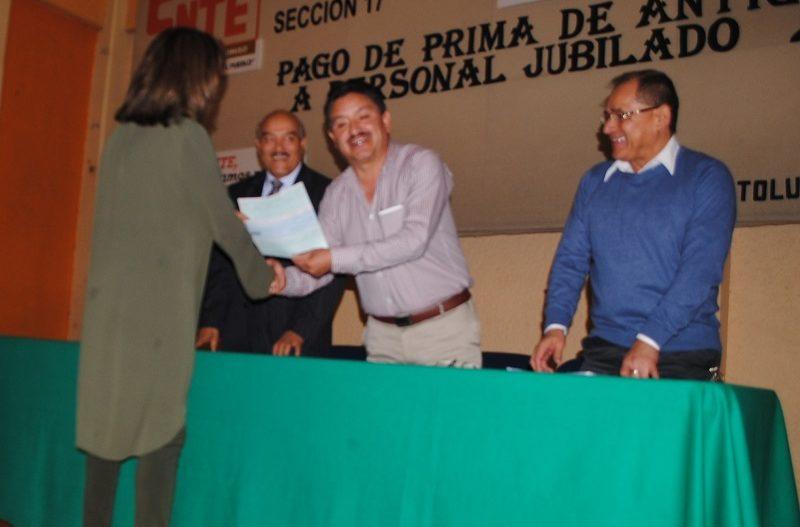 Gustavo Michua entregó pagos a jubilados