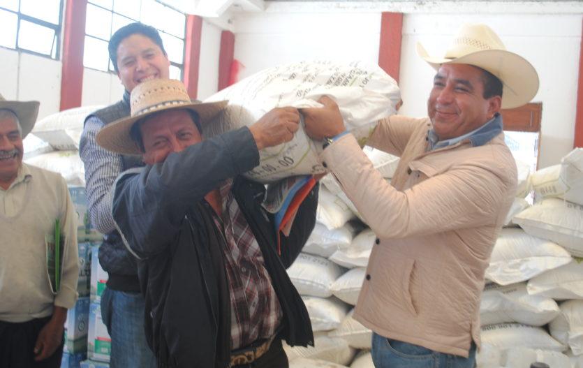 UNIMOSS entrega apoyos a productores del campo de Amanalco y Villa Victoria