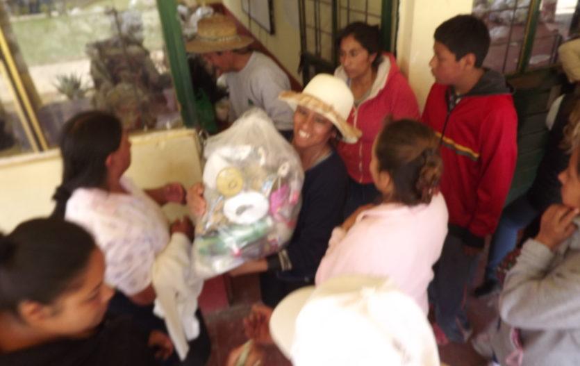 Distribuyen y entregan despensas a pobladores de Joquicingo
