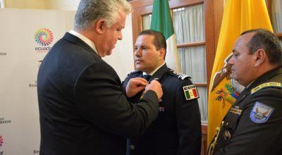 Presidente de Ecuador condecoró a policía mexicano